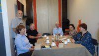 """Przy stole dyskutuje o powieści """"Pępowina"""" sześciu członków DKK."""